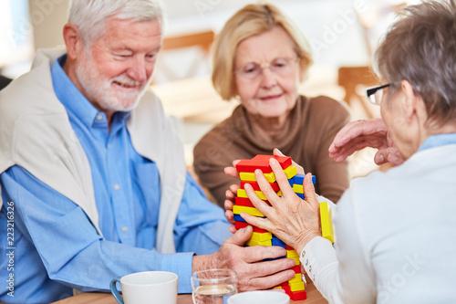Leinwanddruck Bild Senioren mit Demenz spielen mit Bausteinen