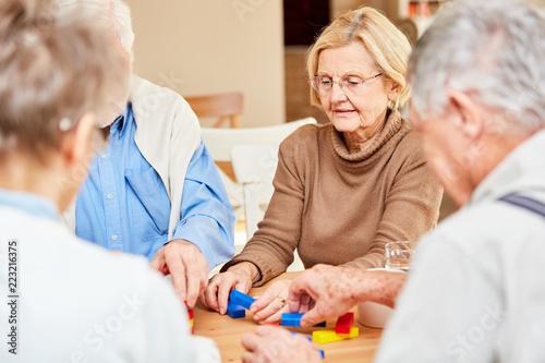 Leinwanddruck Bild Demente Senioren spielen mit Bausteinen