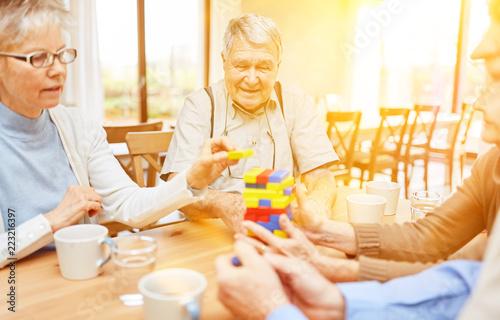 Leinwanddruck Bild Senioren mit Demenz und Alzheimer spielen