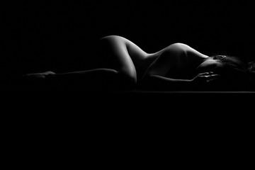 Nudo artistico di donna nuda sexy sensuale ed erotico distesa e sdraiata con il corpo mentre riposa
