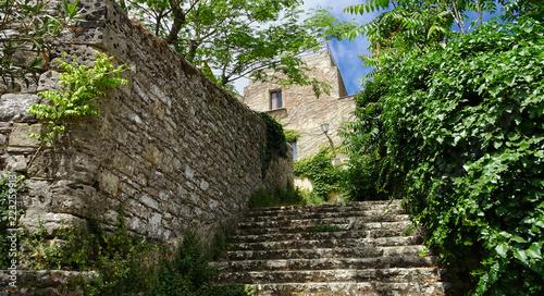 Leinwanddruck Bild Treppe neben Steinmauer zu einem Haus aus Stein