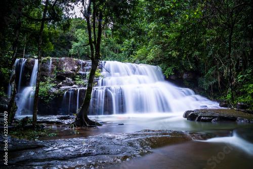 Ssanie pang Sida podczas pory deszczowej. Piękna siklawa w głębokim lesie przy ssanie w żołądku Si Da park narodowy, Srakaew Tajlandia