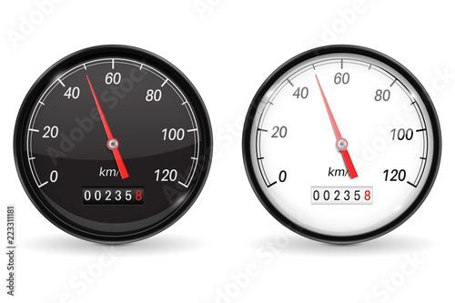 Prędkościomierz. Czarno-biały wskaźnik prędkości z metalową ramą. 50 km na godzinę