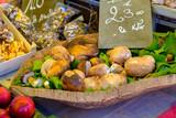 Panier de cèpes sur le marché. - 223311585
