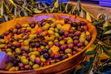 Olives vertes et noires entières sur le marché provençal. Gros plan. - 223311791