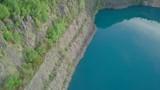 See im Steinbruch mit türkis klarem Wasser - 223312107