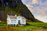Weißes Holzhaus vor imposanter Berglandschaft auf den Lofoten - 223328718