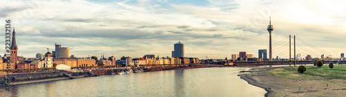 Leinwanddruck Bild Panorama Blick auf Düsseldorf Altstadt und Rheinufer