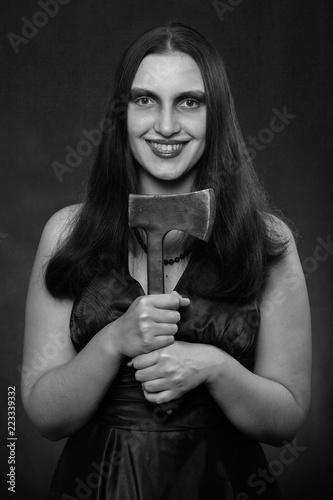 kobieta z siekierą