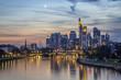 Frankfurt Skyline nachts beim sonnenuntergang mit mond im himmel
