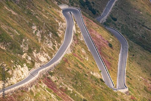 Strada piena di curve e tornanti ripidi e stretti sul versante della  montagna