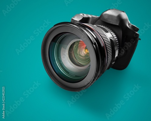 Czarna kamera na zielonym tle