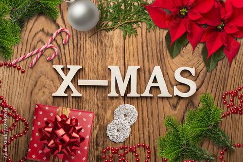 """Leinwanddruck Bild weihnachtliche Dekoration mit Nachricht """"X-MAS"""" auf rustikalem Holzuntergrund"""