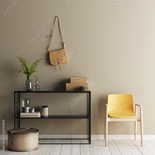 Wnętrze z beżowym obiciem z krzesłem i niski stolik z podłogą.