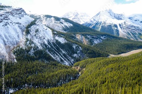 秋のカナディアンロッキー サンワプタ川と山並み(雪) ーアイスフィールド・パークウェイにて(カナダ・アルバータ州)