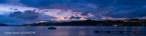 Panorama zur blauen Stunde des Bodensees mit bunten Flecken am himmel - 223592740