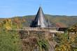 Turmspitze der Burg Stahleck über die Vorburg gesehen
