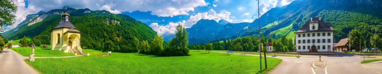 Berge mit Kapelle in den Alpen bei Grafenort, Engelberg, Obwalden, Schweiz
