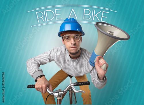 Kooky młody facet na rowerze z cyklistą i hałaśliwym tle