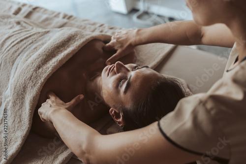 Kobieta korzystających masaż w Spa