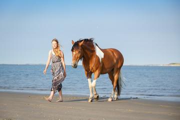 Mädchen mit Pferd am Meer © Nadine Haase