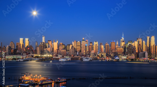 Foto Murales Travel USA, New York City. View of Manhattan skyline at twilight from Boulevard East, NJ..