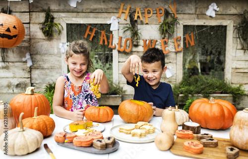 Leinwanddruck Bild Young kids carving Halloween jack-o'-lanterns