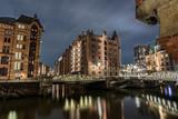 Hamburg Alte Speicherstadt bewölkt bei Nacht - 224053924