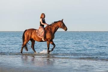 Reiterin im Meer © Nadine Haase