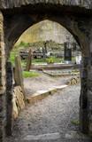 Steinerner Bogen der Kirchenruine auf dem Friedhof von Howth