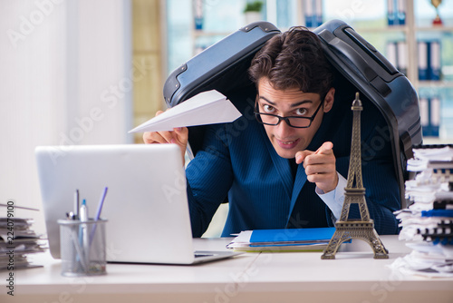 Leinwanddruck Bild Employee thinking of vacation due to excessive workload