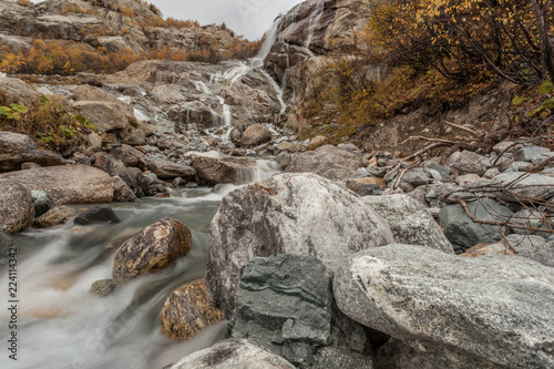 Wodospad w górach. Kavkaz. Dombay.