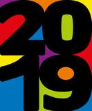 Carte de vœux originale et décorative avec 2019 écrit en lettres noires sur un fond multicolore, composé de rouge, de bleu, de jaune et de vert.