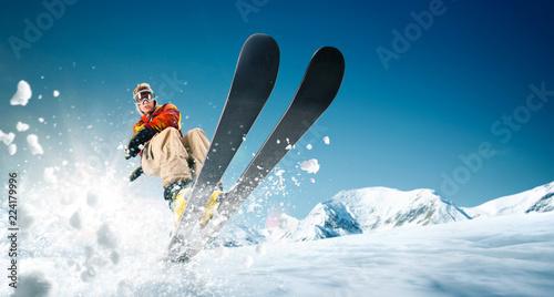 Jazda na nartach. Skaczący narciarz. Ekstremalne sporty zimowe.
