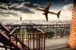 aereo che vola vicino alla Torre Eiffel