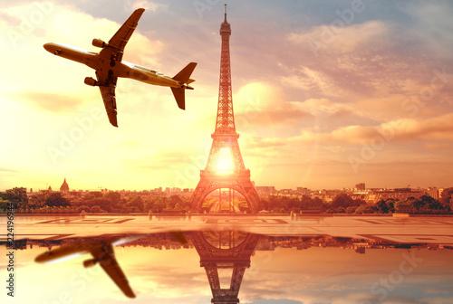 aereo che sorvola Parigi sopra la Tour Eiffel