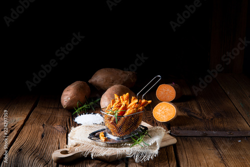 Foto Murales crispy sweet potato fries from the oven