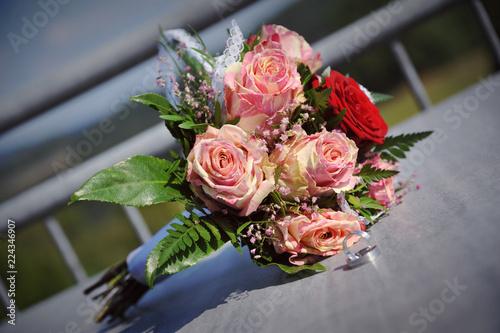 Blumenstrauss Deko Hochzeit Brautstrauss Auf Tisch Mit Ringen