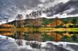 paisaje otoñal de unas montañas a la orilla del lago