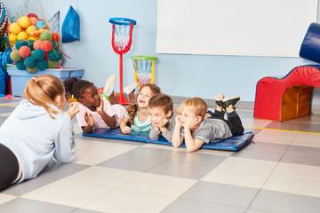 Kinder und Sportlehrerin in der Turnhalle