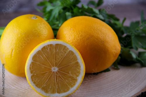 pomarańcze i cytryny na drewnianym stole