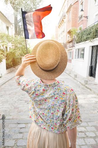 paris rétro femme mode rue capitale été heureux chapeau jupe sac à main après guerre vieux quartier