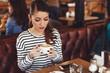 Quadro Young women enjoy coffee at a coffee shop