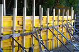 Schalung, Stützmauer betonieren - 224678979
