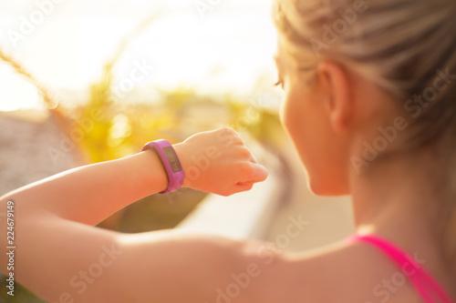 Dopasuj dziewczyna za pomocą noszenia technologii podczas treningu rano