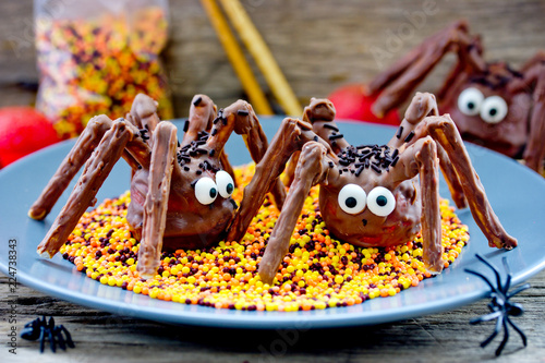 Leinwanddruck Bild Halloween treat idea for kids - scary chocolate spider cakes with candy eyeballs