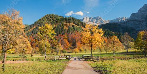 Leinwandbild Motiv Malerische herbstliche Wanderregion im Karwendel, Weg im Ahornboden Tirol