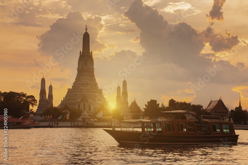 Leinwanddruck Bild Beautiful Landmark of Bangkok, Thailand. This is Wat Arun temple during sunset.