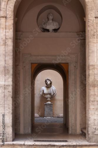 Rzeźba mężczyzny popiersia na małym dziedzińcu