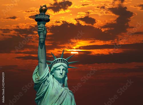 Foto Murales The Statue of Liberty at sunrise